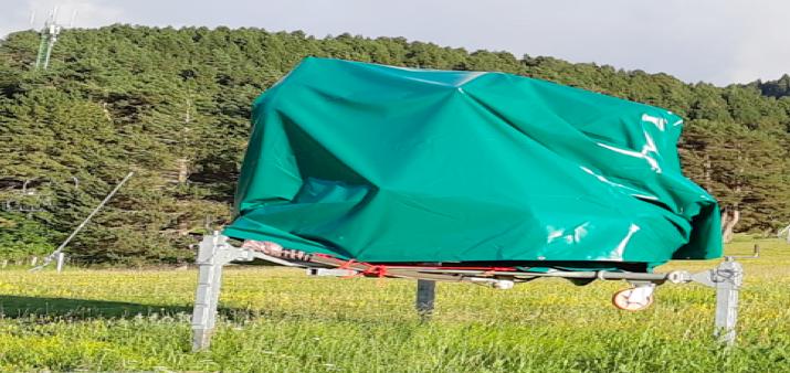 Utilització de fundes de color verd per cobrir els canons de neu mòbils a l'estiu.